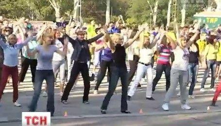 В Запорожье полтысячи чиновников вышли на утреннюю зарядку на центральную площадь города