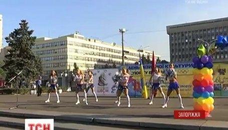 В Запорожье чиновники вышли на утреннюю зарядку на центральную площадь города