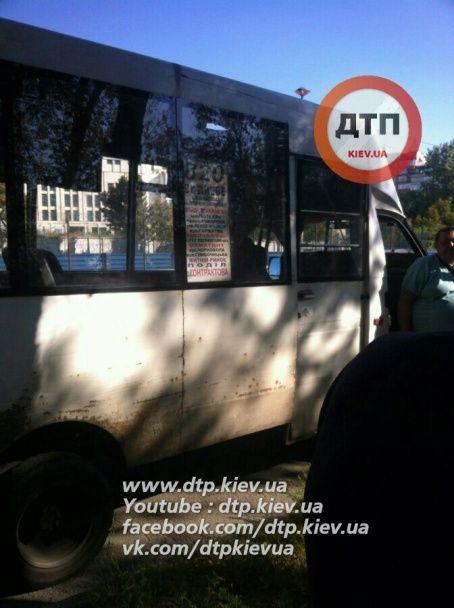 У Києві під час руху маршрутки дівчина випала на проїжджу частину