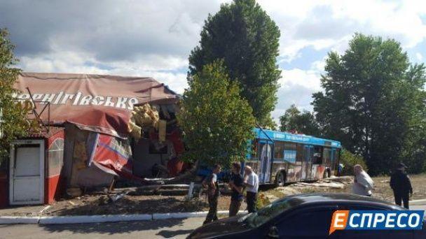 У Києві міський автобус з пасажирами влетів у кафе, є постраждалі