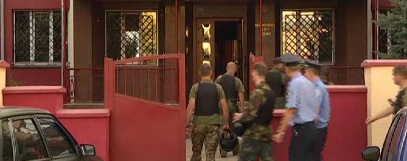 У Мукачевому під час суду над правосекторівцями почались заворушення