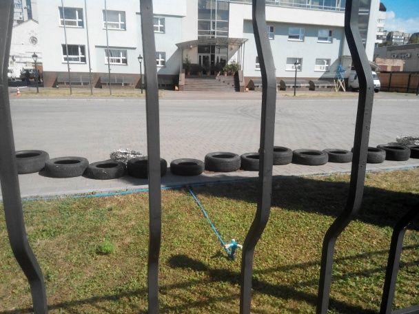 У Черкасах невідомі вантажівками заблокували обленерго, працівників не випускають з території