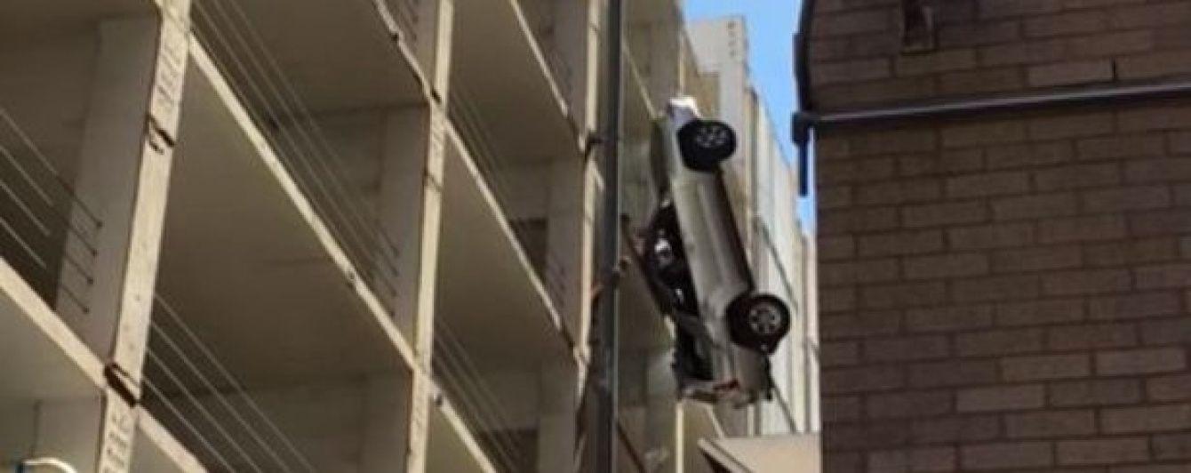 У США чоловік дивом врятувався з авто, яке протаранило огорожу паркінгу і ледь не впало з 9 поверху