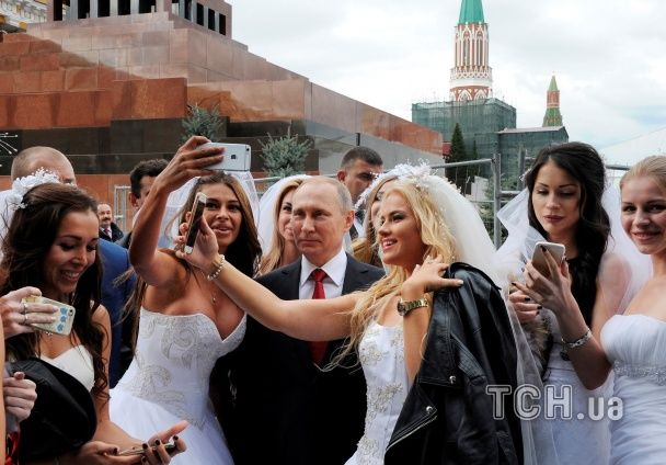 Путіна заскочили на селфі з підставними нареченими з ескорт-послуг - ЗМІ