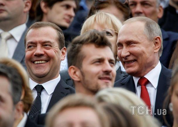 Путін зробив селфі з нареченими на Красній площі та проїхався у метро