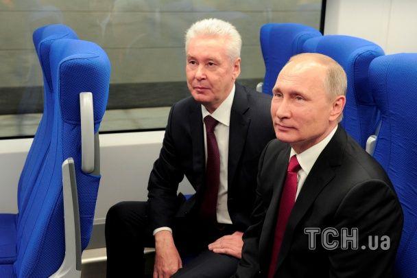 Путін зробив селфі з нареченими на Красній площі та покатався у метро