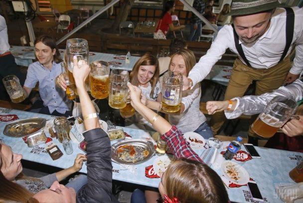 У Києві з морем пива і масовими танцями стартував український Октоберфест
