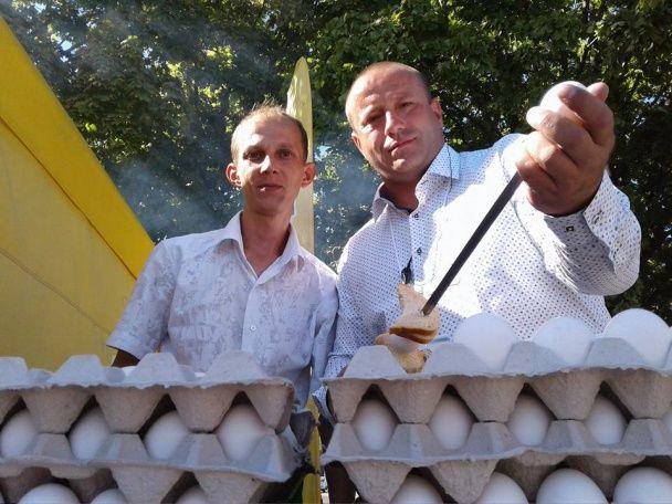 У Дніпрі на День міста встановили рекорд зі смаження сирих яєць на шампурах