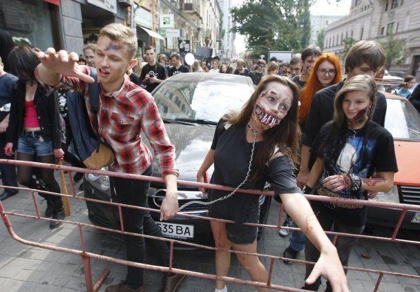 Закривавлені обличчя і хороводи смерті. У Києві відбувся зомбі-парад