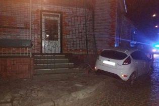 Мукачевський прокурор зніс огорожу і бордюр, тікаючи від патрульних