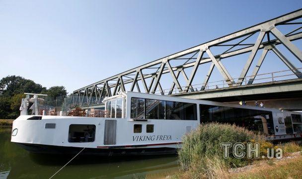 У Німеччині плавучий готель врізався у міст, є жертви