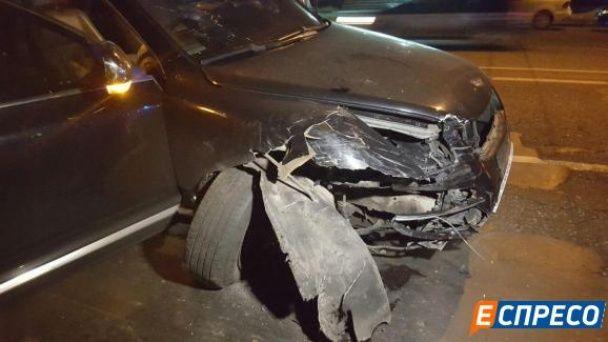 У Києві п'яний водій не впорався з керуванням і влетів у дерево