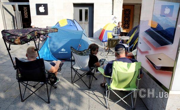 Мисливці за iPhone 7 на полюванні. У Німеччині люди чекають на новий смартфон у наметах