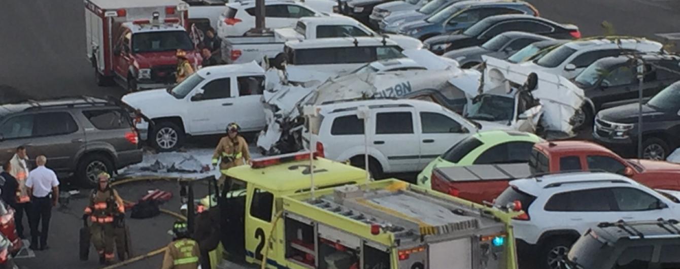 У США літак впав на парковку аеропорту: троє загиблих