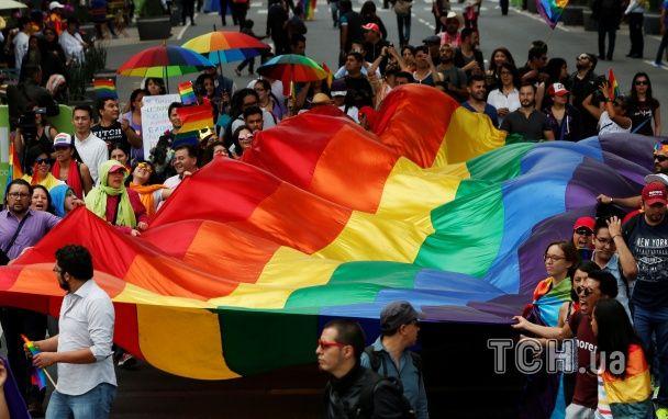 Радужные флаги и поцелуи возле собора. В Мексике прошел ЛГБТ-марш