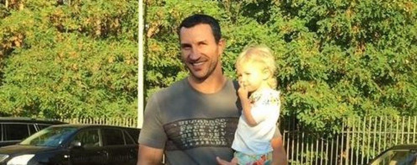 Володимир Кличко погуляв Києвом із маленькою донечкою
