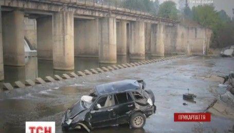 На Прикарпатті легковик упав із мосту на берег річки, є загиблі
