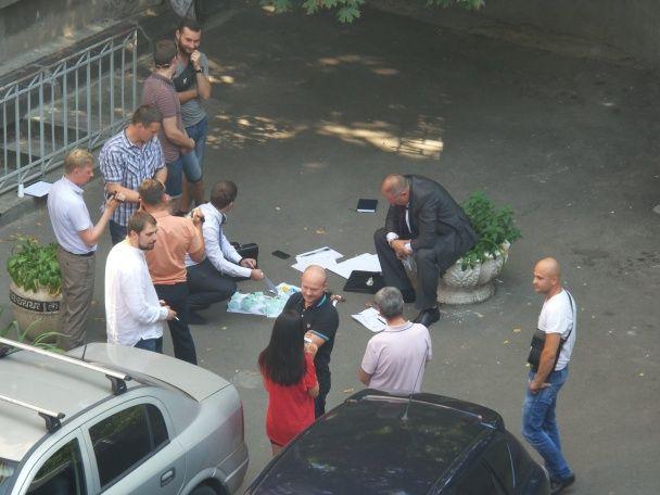 У дворі біля Адміністрації президента затримали чоловіка з великою сумою грошей