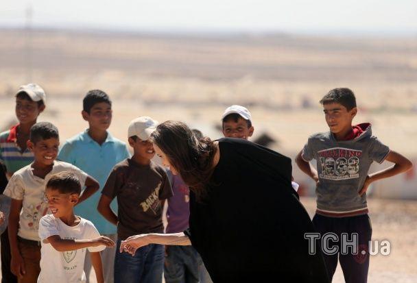 Бліда та усміхнена Джолі відвідала табір для сирійських біженців