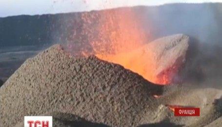 Извержение вулкана Питон-де-ла-Фурнез привлекает на остров Реюньон сотни туристов