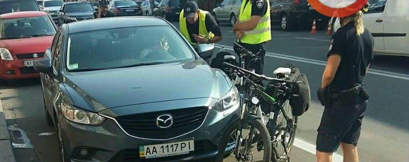 У Києві дівчина на Mazda наїхала на поліцейського і намагалася втекти з місця ДТП