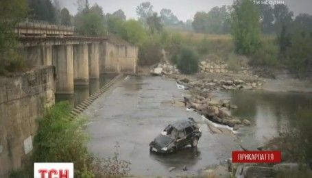На Прикарпатті автомобіль впав з мосту, двоє людей загинуло