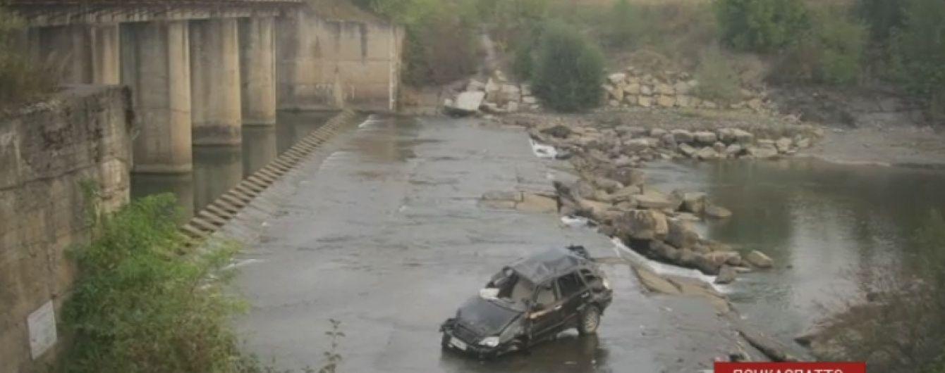 На Прикарпатті авто зірвалося з мосту через п'яного водія