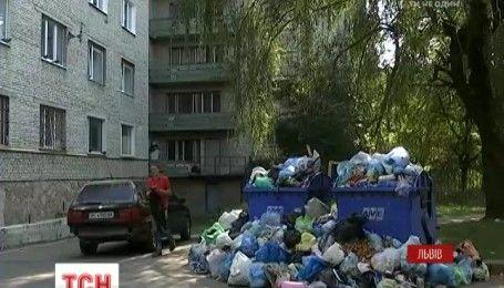 Сміттєвий колапс у Львові: з деяких районів міста відходи не вивозять вже п'ятий день