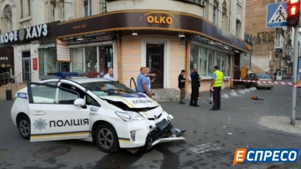 У центрі Києва патруль влетів у таксі, є постраждалі