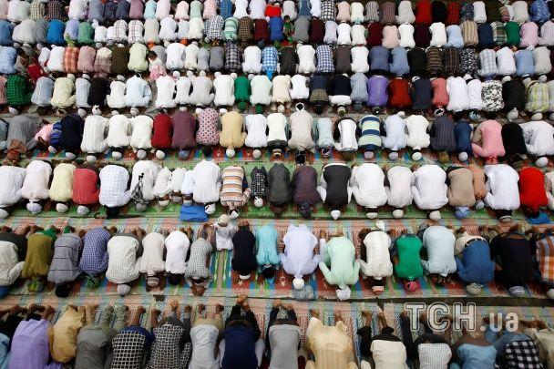Криваві жертвопринесення й схиляння в молитві. По всьому світу відзначають Курбан-Байрам