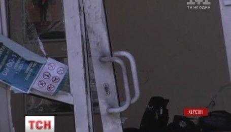 В Херсоне взорвали отделение банка, что находится на первом этаже жилого дома
