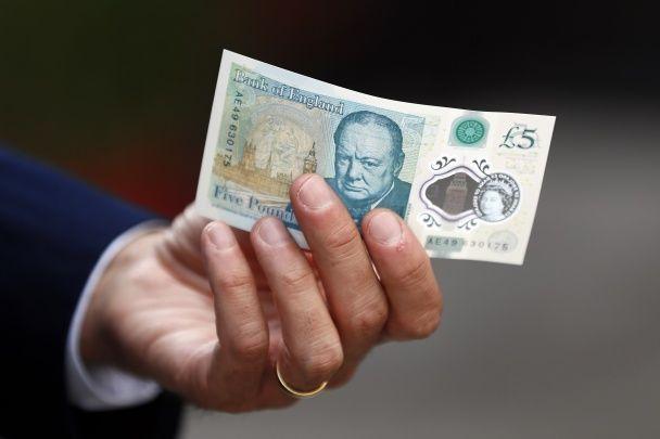 Не тоне та не гнеться. У Британії представили нову пластикову банкноту