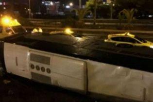 У Барселоні на трасі перекинувся автобус з туристами, є постраждалі
