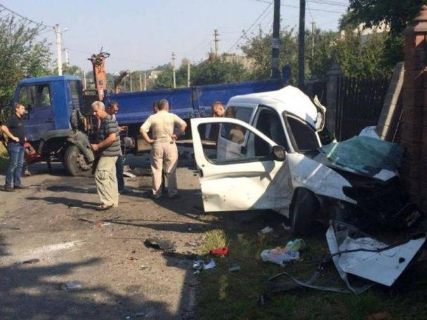 Кривава аварія біля Рівного: мінівен на швидкості влетів у вантажівку, загинули діти