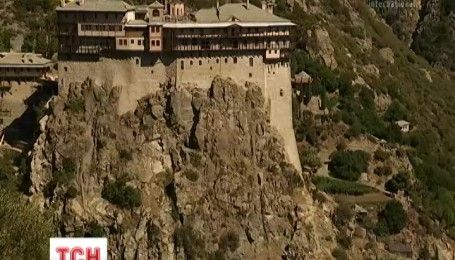 Сотни паломников и туристов привлекают пейзажи Метеоры и возрожденный монастырь Симонопетра