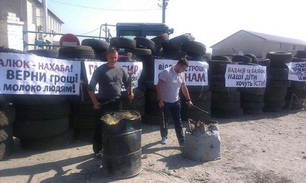 На Хмельниччині селяни з палаючими шинами взяли в облогу молокозавод