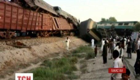 У Пакистані зіштовхнулося два потяги, є загиблі