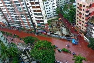 Вулицями столиці Бангладешу тече ріка з крові та дощової води