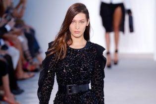 Модний конфуз: Белла Хадід під час показу феєрично впала на величезних підборах