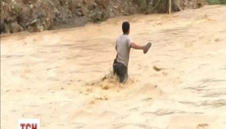 Два людей загинули і кілька пропали безвісти через повінь у В'єтнамі