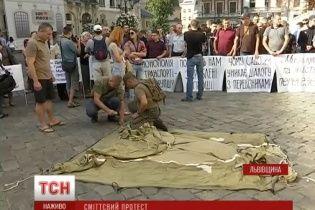 """У Львові під ратушею влаштували одразу два """"майдани"""""""
