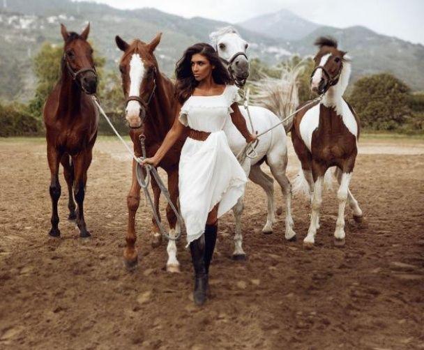 Дімопулос у яскравих сукнях позувала із породистими кіньми
