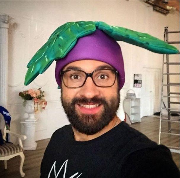 Кумедний DZIDZIO перевтілився у велетенський огірок заради нового кліпу