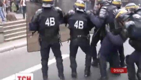 В Париже слезоточивым газом разгоняли тысячи людей, которые вышли против трудовой реформы