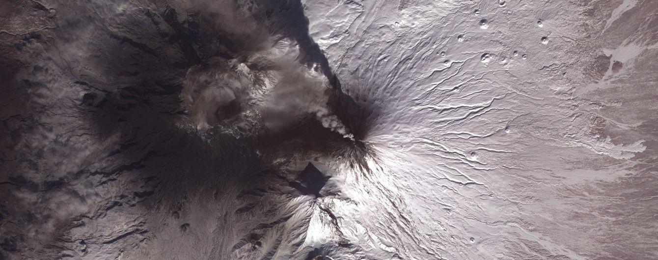 """На сході Росії найвищий вулкан Євразії викинув попіл, """"постраждали"""" туристи"""