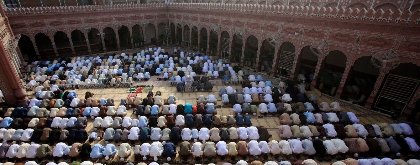 Смертник підірвав себе в мечеті під час молитви: 16 загиблих
