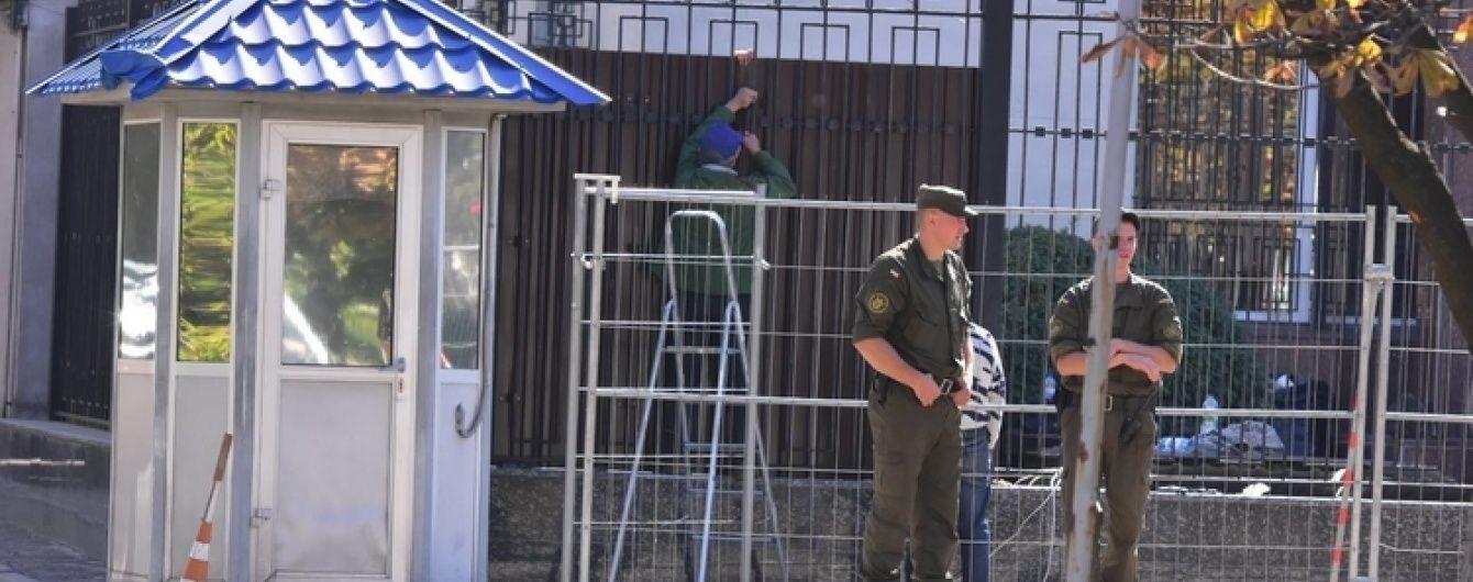 Посольство РФ в Києві обнесли третім парканом перед забороненими в Україні виборами до Держдуми