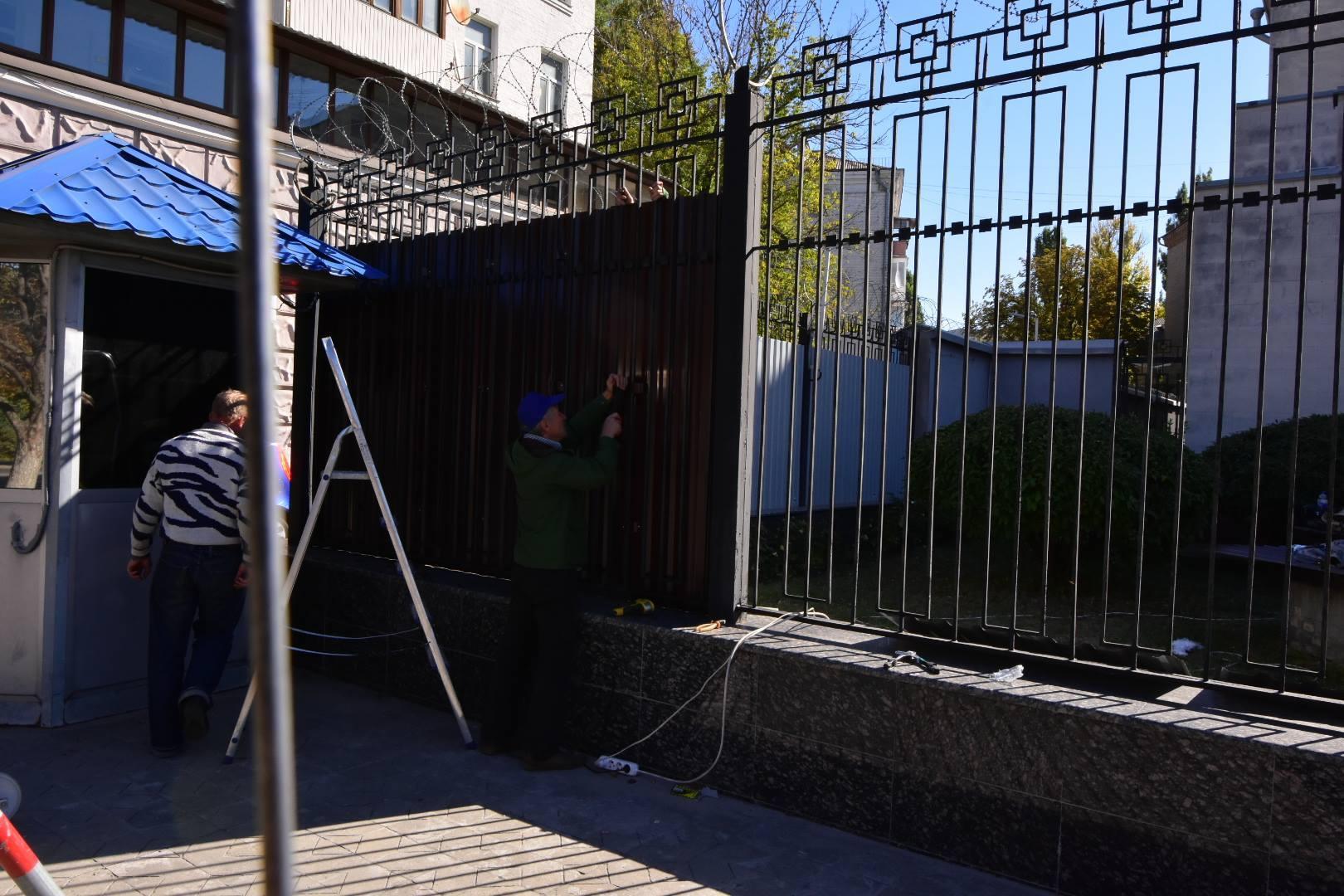 Російське посольство у Києві обнесли третім парканом пере виборами до держдуми_2