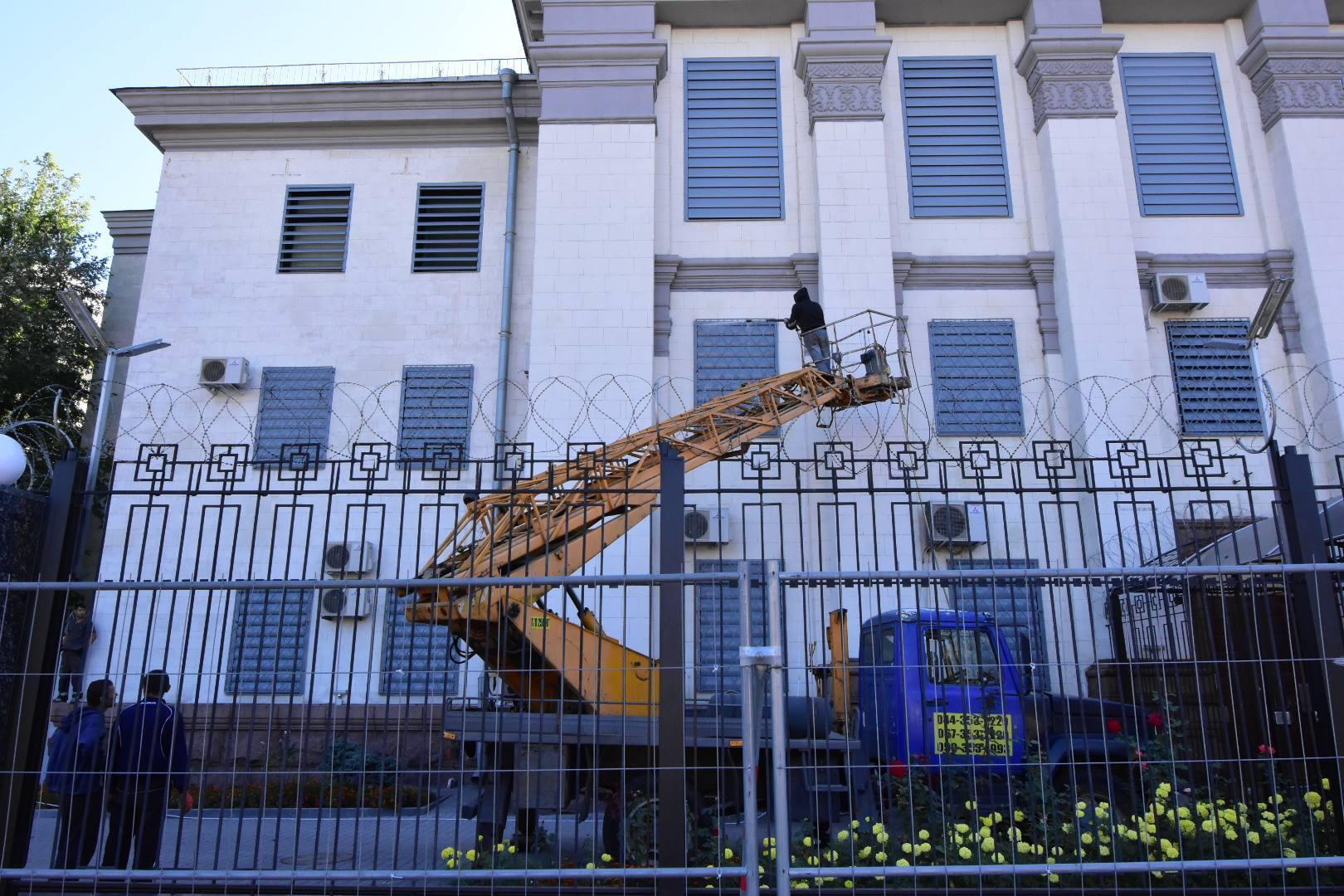 Російське посольство у Києві обнесли третім парканом пере виборами до держдуми_3