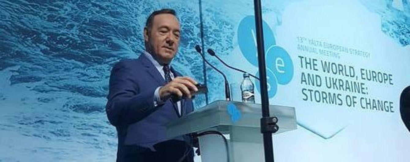 """Зірка серіалу """"Картковий будинок"""" виступив з промовою на форумі YES"""
